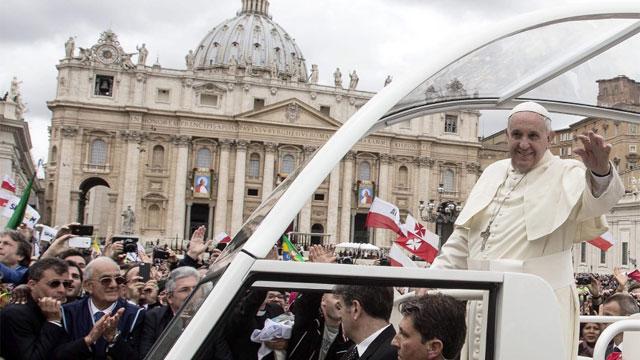 Francisco saluda a multidão ao final da cerimônia.. / Reuters-LIVE!