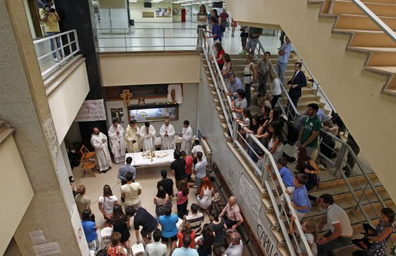 Mass in the main hall of the Complutense School of Geography and History.