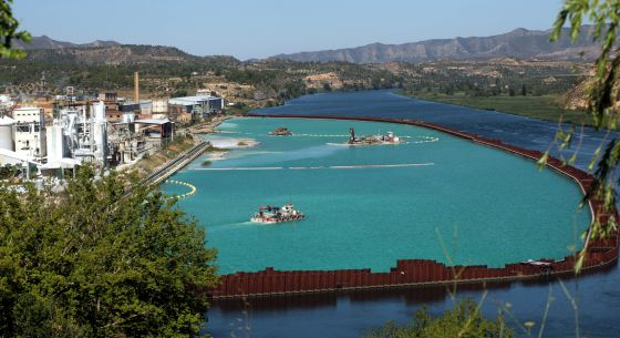 Trabajos de descontaminación de vertidos químicos en el río Ebro a su paso por la localidad de Flix, en Tarragona.