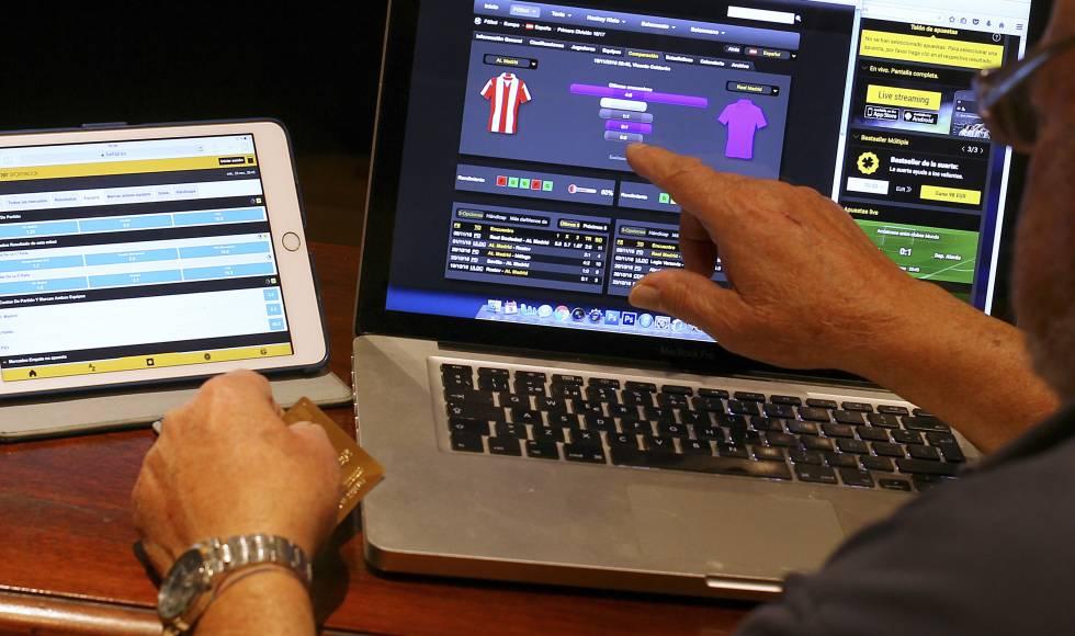 Una persona realiza apuestas deportivas por Internet.