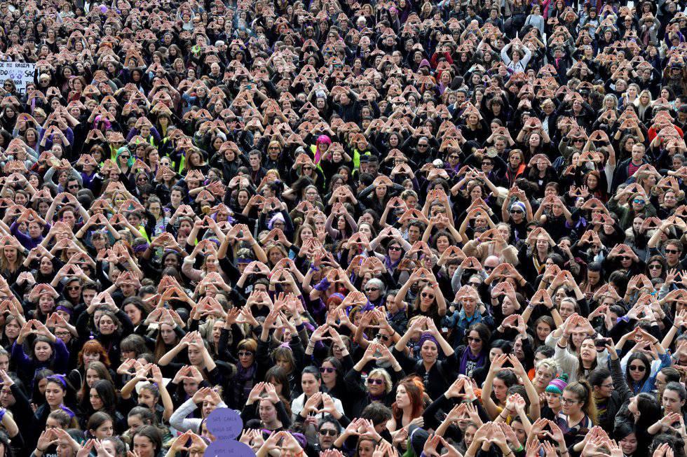 Centenas de mulheres reunidas em 8 de março de 2018, Dia Internacional da Mulher, em Bilbao.