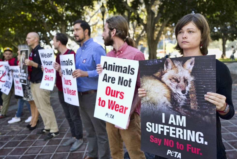 Membros de la asociación PETA, en el exterior del Ayuntamiento de Los Ángeles, el martes durante el debate.