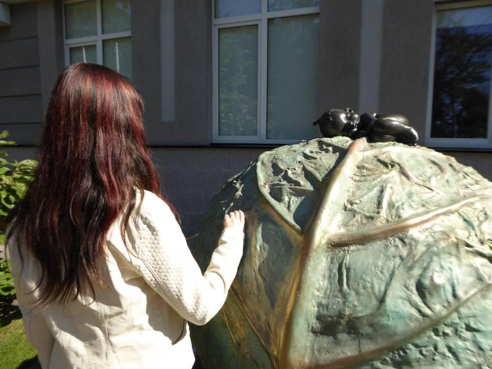 Milana, embarazada para terceros, en la clínica Ilaya en Kiev, junto a una escultura que alude a una leyenda local de que los niños surgen de un repollo.