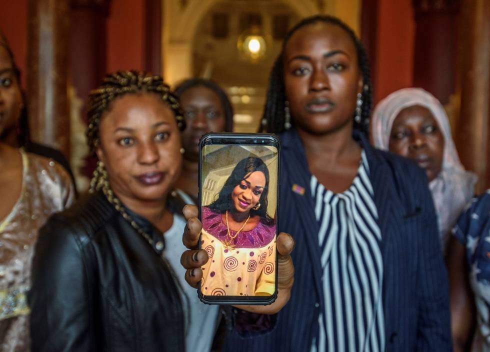 Un grupo de mujeres muestran en un móvil una fotografía de Maguette Mbeugou durante una concentración en Bilbao contra su asesinato.