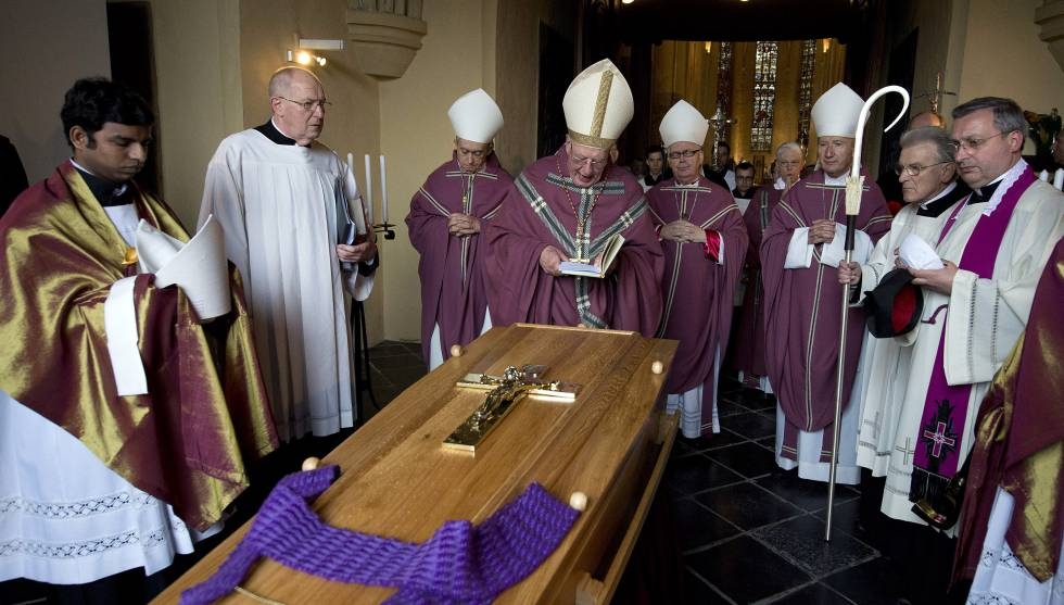 Imagen de 2013 del velatorio de Jo Gijsen, uno de los obispos que abusaron de menores.