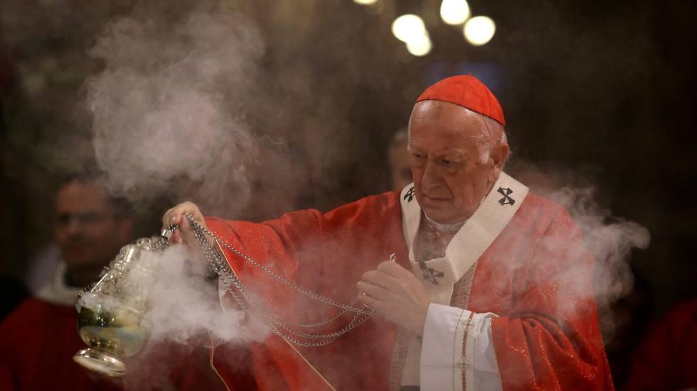 El arzobispo de Santiago, Ricardo Ezzati, celebra una misa en la catedral de Santiago, en mayo de 2018.