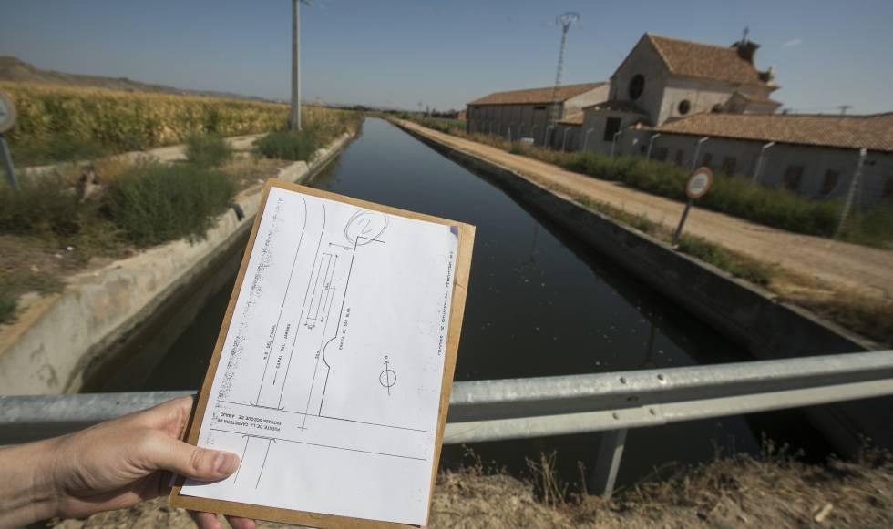 Una de las banquetas del canal de riego del Jarama donde se enterraron lodos.