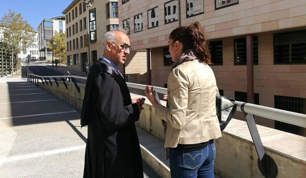 Margarida Garau, madre de la menor Nadia, con su abogado hoy jueves.rn rn