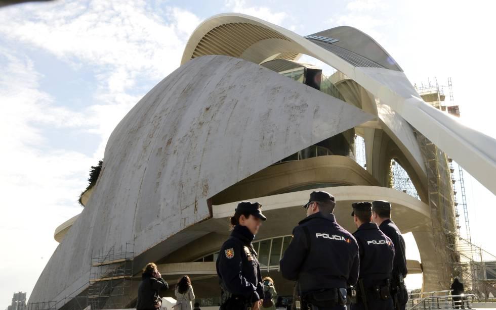 Policías junto al Palacio de las Artes de Valencia.