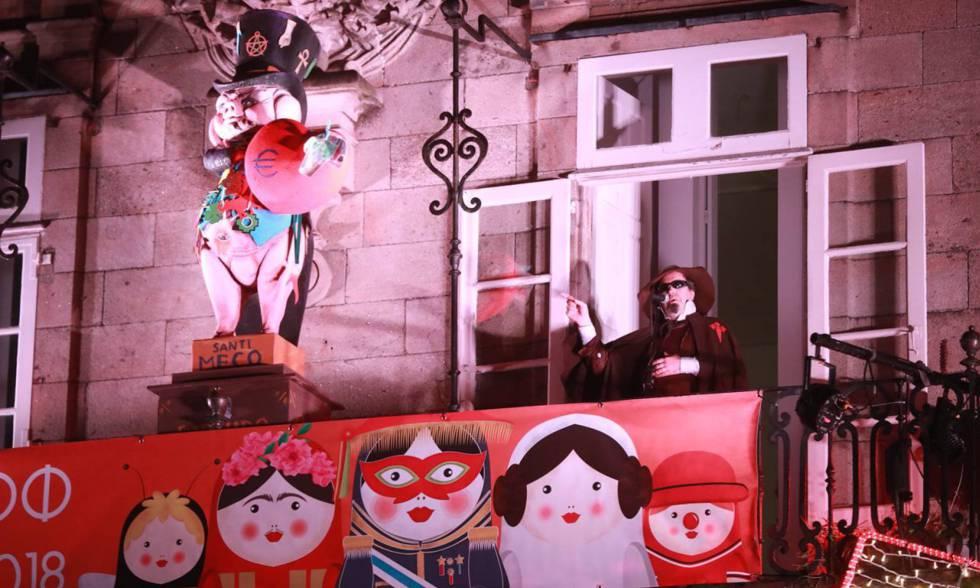 Carlos Santiago, durante el pregón de Carnaval en Santiago de Compostela, el pasado febrero.