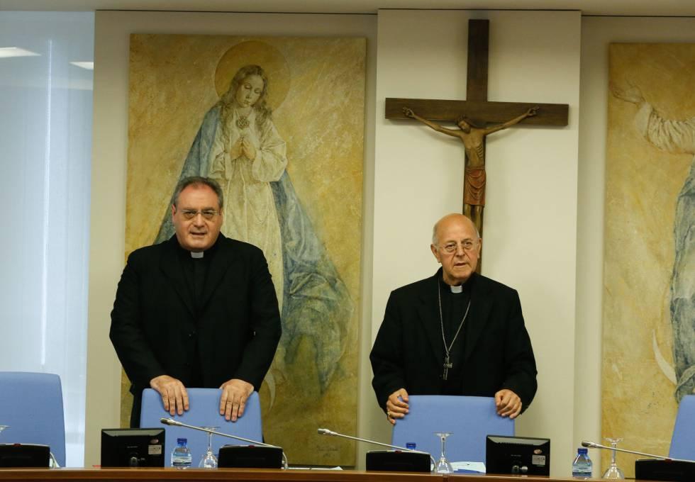 Jose Mª Gil Tamayo (i) y el presidente Ricardo Blazquez (d) en una reunión de la Comisión Permanente de la Conferencia Episcopal en 2017.
