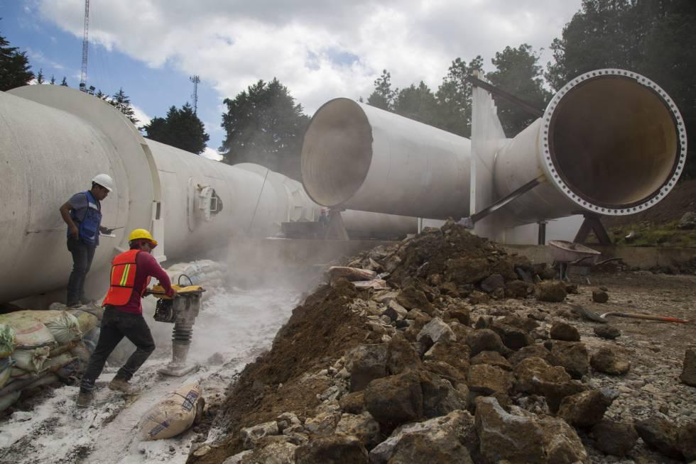 Trabajos de reparación en una línea de alta presión en el sistema de aguas Cutzamala.