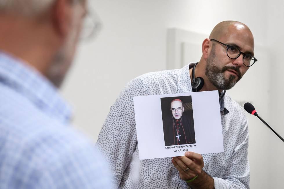 François Devaux, presidente de Parole Liberée, muestra una foto del cardenal Barbarin durante un acto contra la pederastia en Suiza en junio