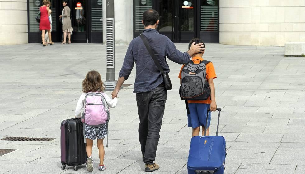 Un padre acude al Palacio de Justicia de Navarra para entregar a sus hijos a su exmujer en agosto.