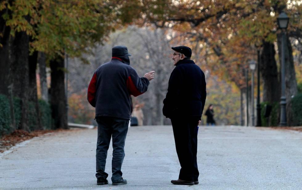 Dos jubilados en el parque del Retiro de Madrid.