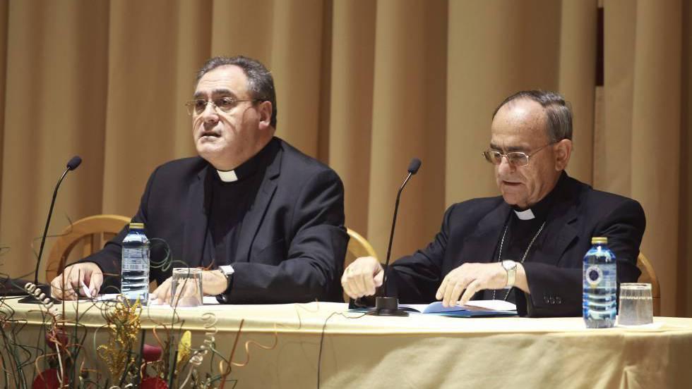El obispo de Salamanca, Carlos López, a la derecha, junto al portavoz de la Conferencia Episcopal, José María Gil Tamayo, en 2014.