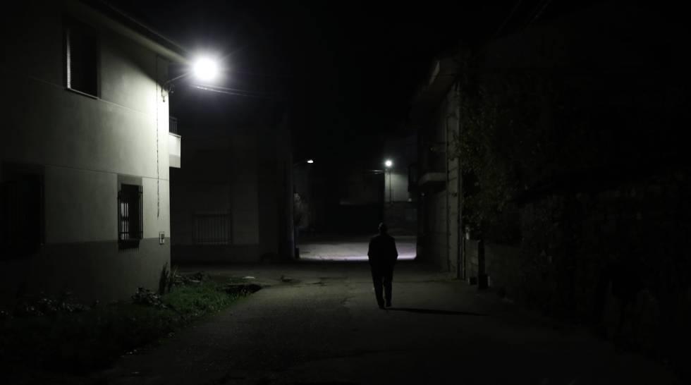 Un hombre pasea por San Juan del Rebollar, en la provincia de Zamora.