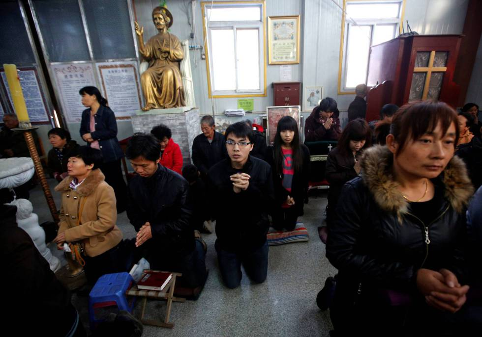 Creyentes católicos chinos en una iglesia en Tianjin.