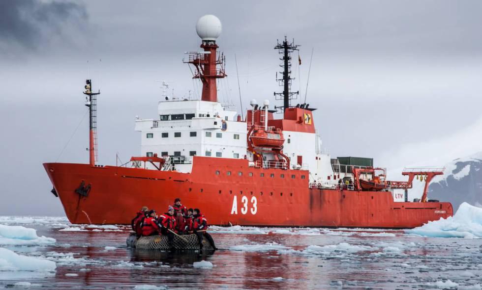 El BIO Hespérides en aguas antárticas.