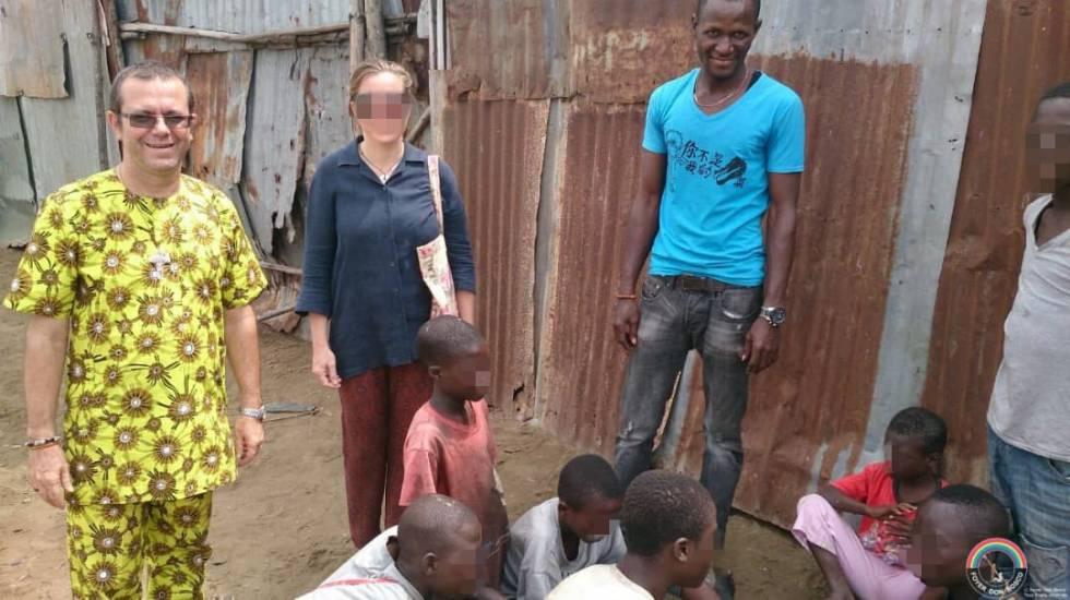 Juan José Gómez, salesiano acusado de abuso de menores en Benín y apartado por su orden, con los niños de la calle que hospeda en su centro de acogida en este país.