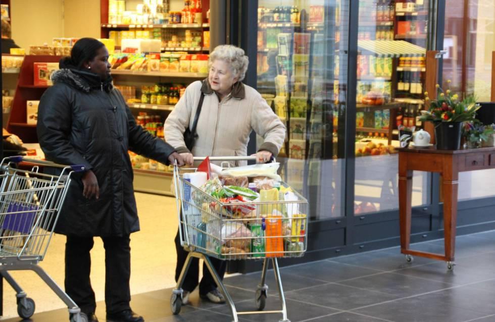 Una residente de Hogeweyk hace la compra en el supermercado.