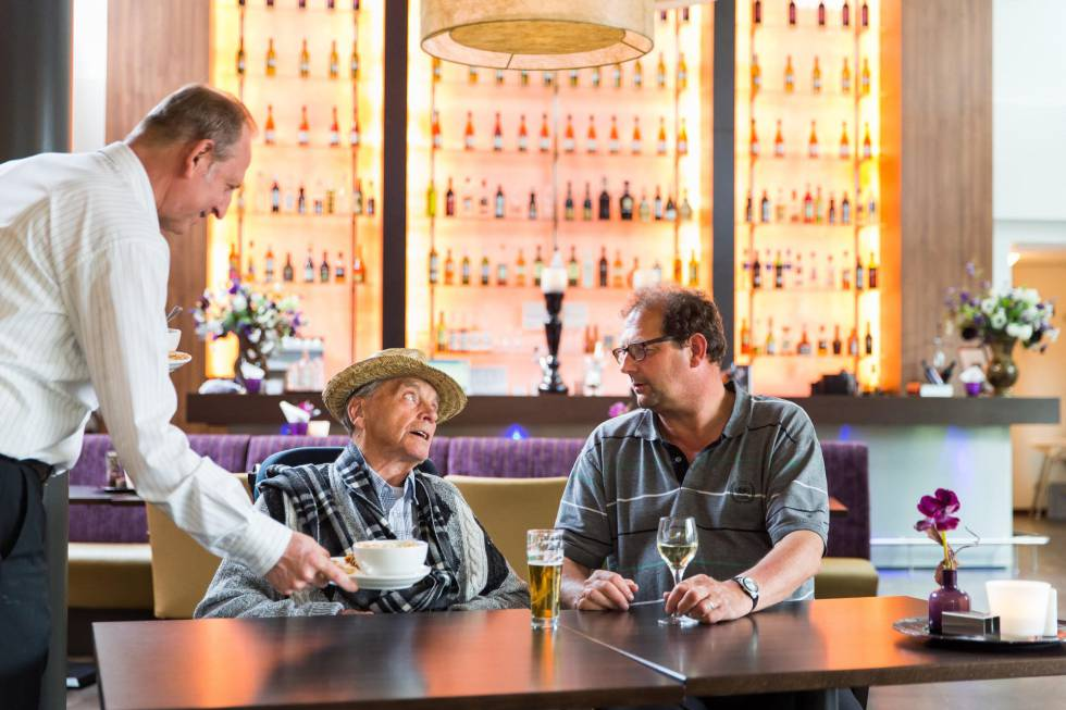 Un residente de Hogeweyk se toma una cerveza en el restaurante de la residencia.