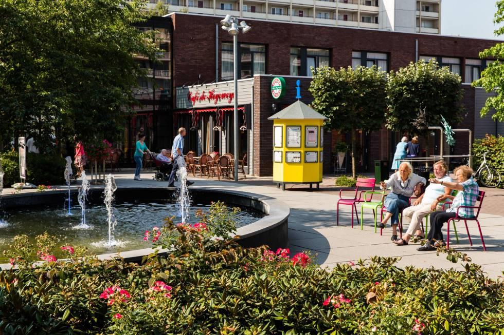 Plaza principal de Hogeweyk. La residencia recrea un pequeño pueblo a las afueras de la localidad holandesa de Weesp.