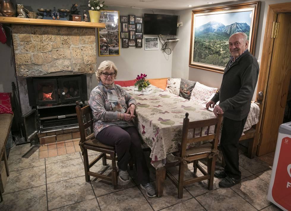 COMO LA LUZ. Luis Ortas ha visto nacer la luz y el teléfono en Nocito (Huesca) y ahora él y su mujer, Pilar Albas —propietarios de un camping y un restaurante—, aguardan ilusionados el despliegue de banda ancha, servicio capital para sus clientes.