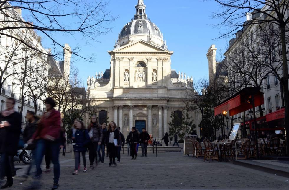 Estudiantes junto a la Universidad de la Sorbona, en el centro de París.