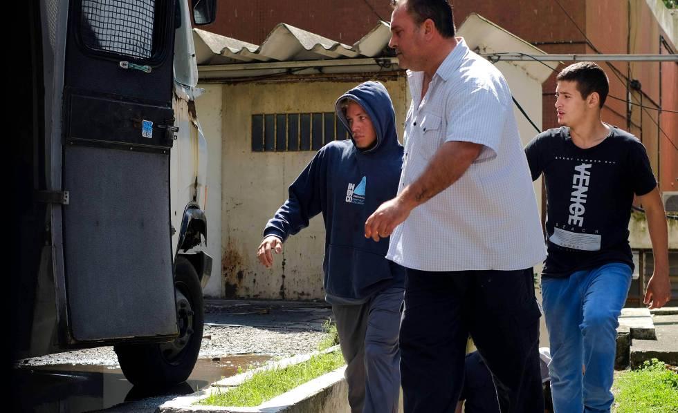 Um dos detidos (esquerda) pela suposta violação de uma menor é conduzido aos tribunais de Mar del Prata, na província de Buenos Aires