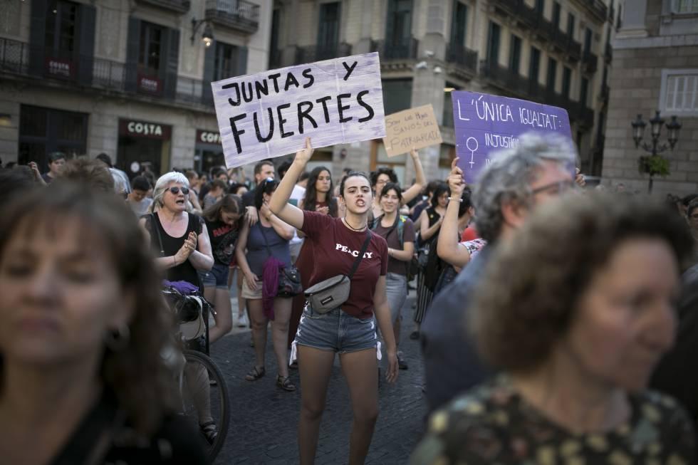 Manifestación en Barcelona contra de la decisión de la Audiencia de Navarra de dejar en libertad a los miembros de La Manada en junio de 2018.