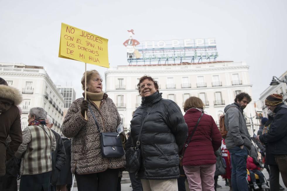 Concentración en Madrid para exigir mejoras en la renta mínima.