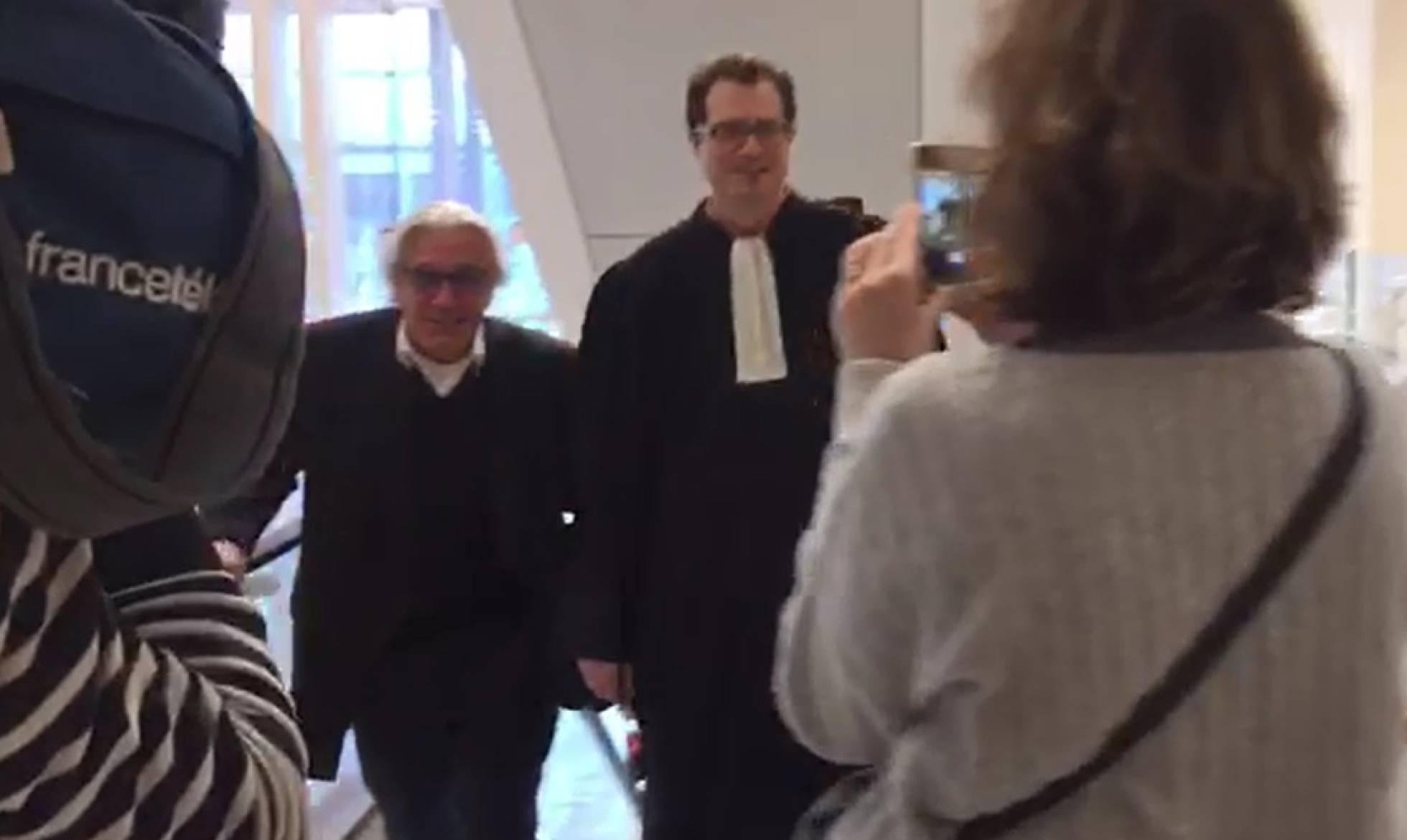 Jan Fasen, a la izquierda, llega al tribunal de París este lunes.