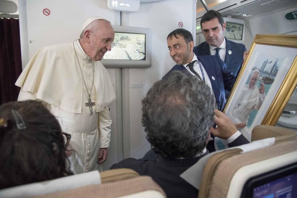 El Papa Francisco, este martes, durante el vuelo de regreso de su visita a Abu Dabi.