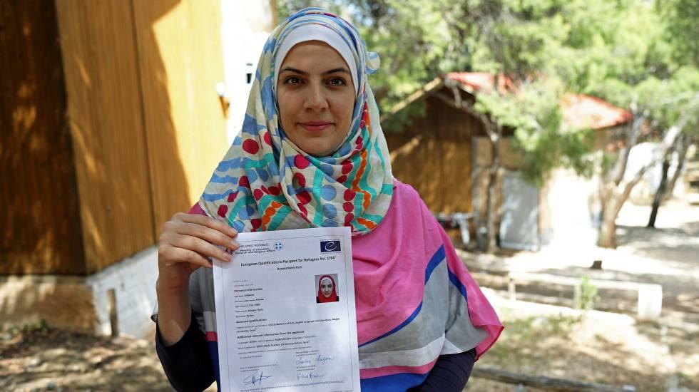 La siria Rawaa muestra su pasaporte para refugiados.