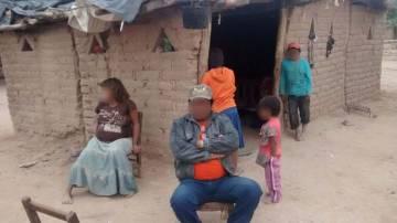 La familia de la niña violada en su casa de Alto de la Sierra.