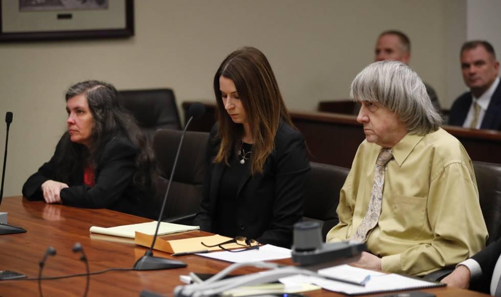 David Turpin y Louise Turpin (a la izquierda), durante la vista en el juzgado de Riverside, California, este viernes.