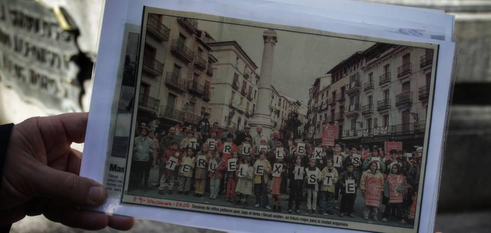 Manuel Gimeno muestra una foto de las primeras movilizaciones, hace 20 años.