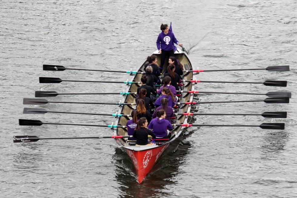 Protesta feminista a bordo de una trainera en Bilbao el 8 de marzo.