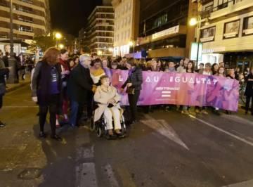 La intelectual Celia Amorós, el silla de ruedas, el pasado viernes en la manifestación de Valencia.
