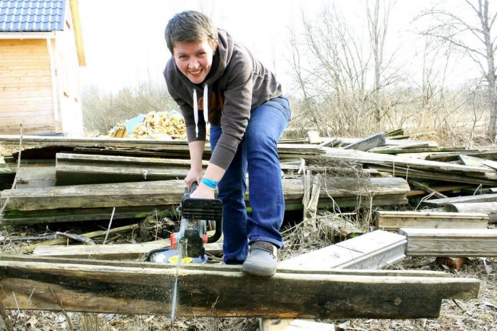 Yulia Borets serrando madera en Moscú.