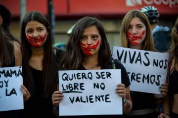 Jóvenes chilenas exhiben pancartas contra el machismo en Santiago.