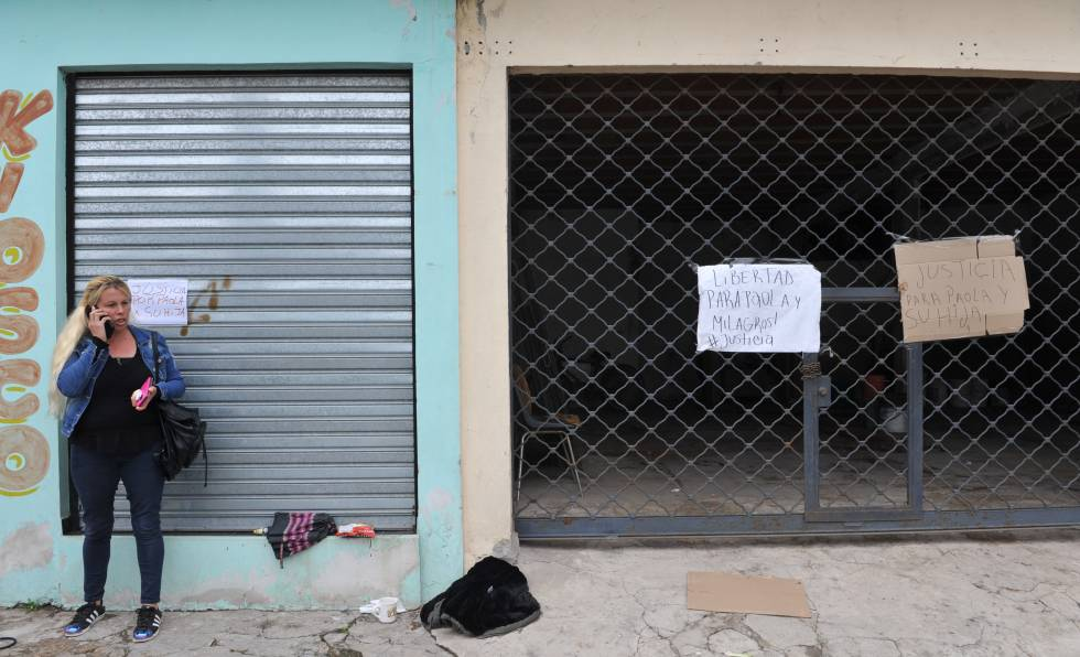 María Córdoba frente a la casa de su hermana Paola, hoy detenida.