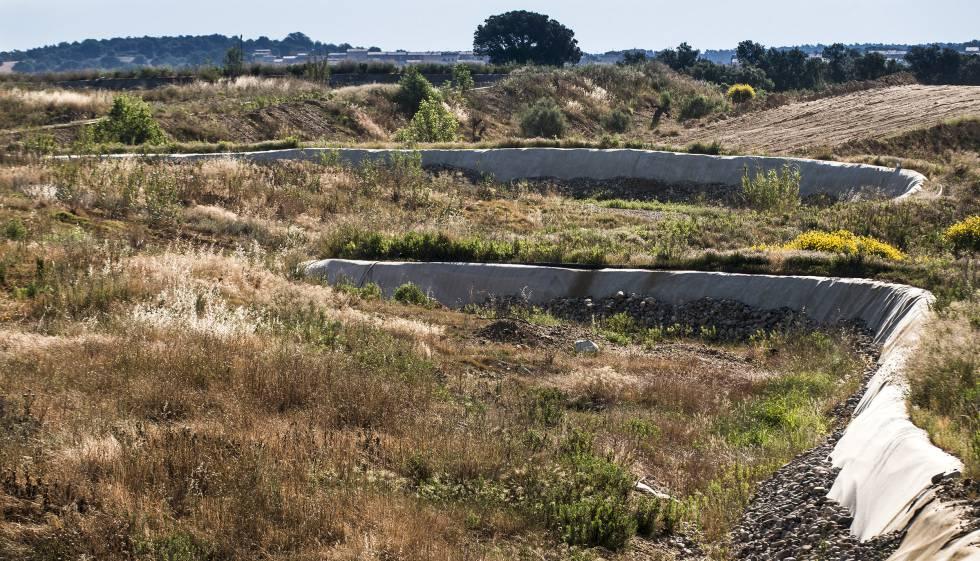 Vista de una parte del vertedero de Vacamorta, en Cruïlles (Girona), con los residuos cubiertos por una capa de tierra.