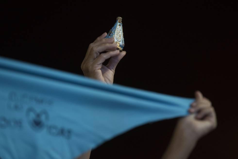 Una manifestante antiaborto sostiene una Virgen de la Merced en la 'Marcha por la vida'.