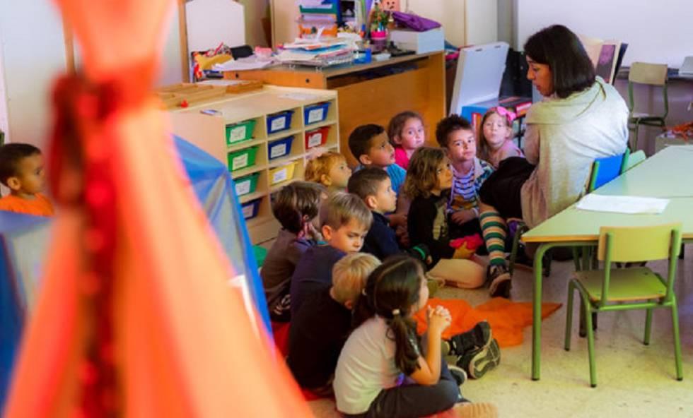 Alumnos del centro público La Laguna, en Los Llanos, durante una clase de educación emocional con su tutora Mónica Viña, la semana pasada.