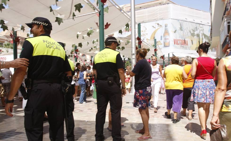 Policías locales patrullan por la feria del centro de Málaga.