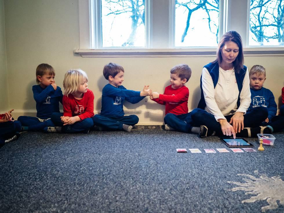 Un grupo de niños decide con su maestra las actividades que realizarán después.