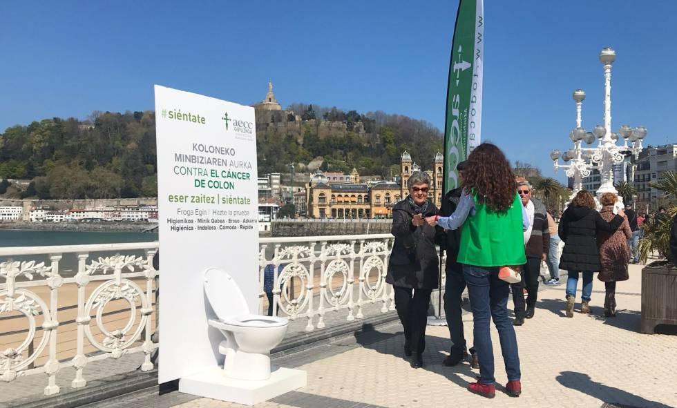 Campaña informativa sobre el cáncer de colon de la AECC el viernes en San Sebastián.rn rn