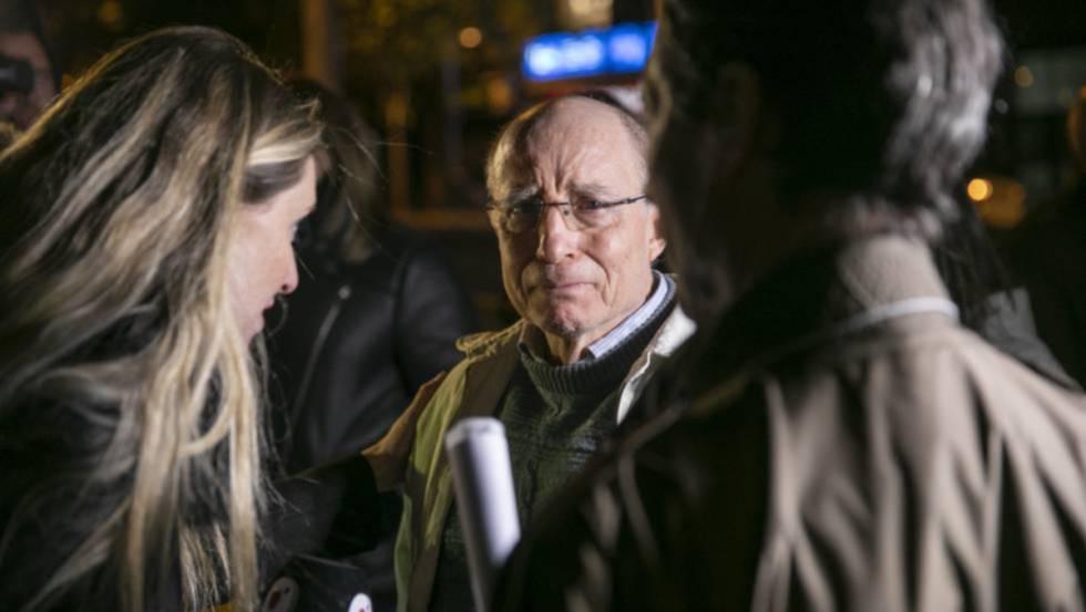 Ángel Hernández tras quedar en libertad después de ser detenido por haber ayudado a morir a su esposa.